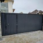 Забор из черного профнастила
